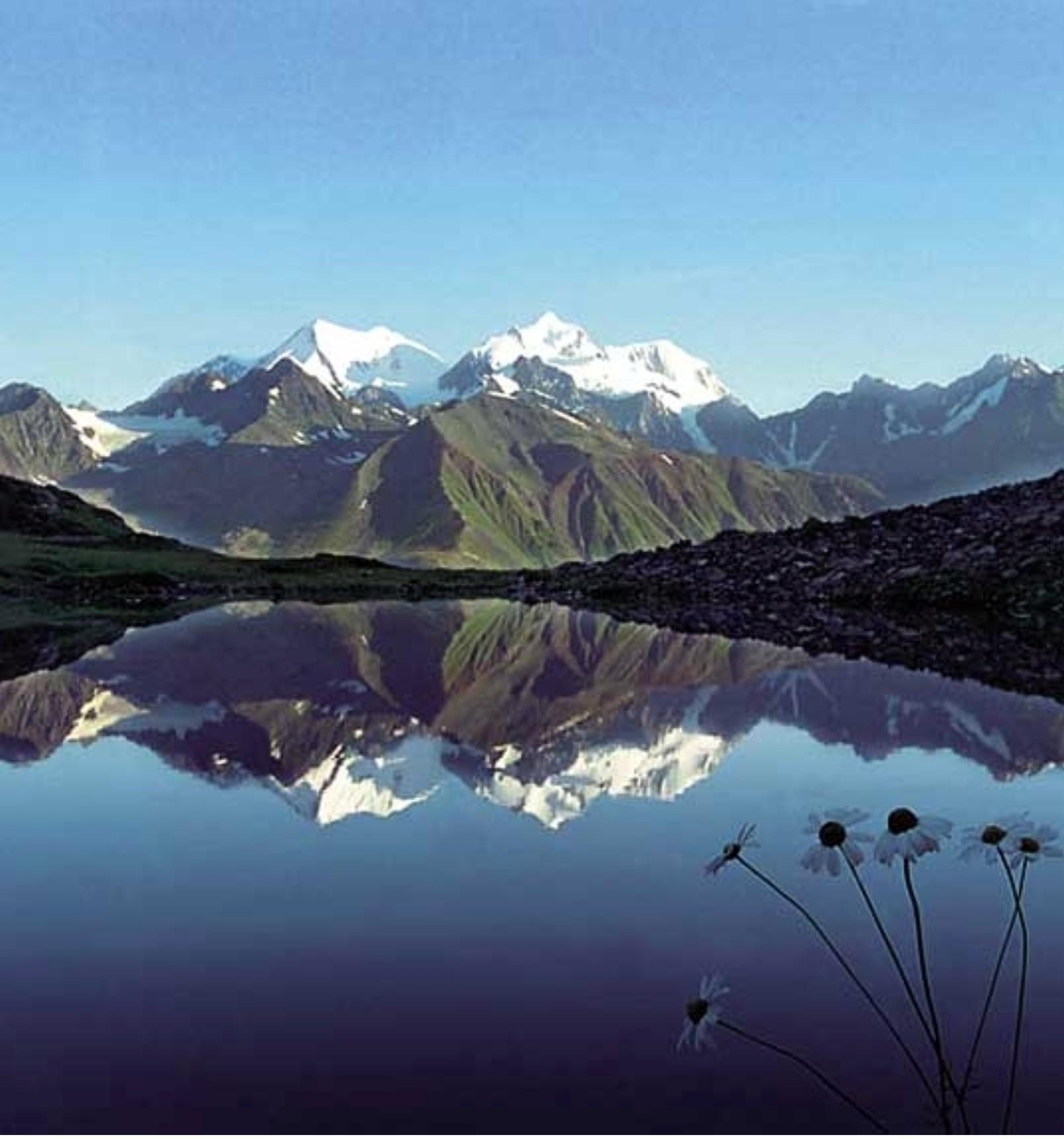 Одна из достопримечательностей алтайского края - горное озеро ая