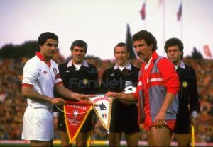 Капитаны Грэм Сунесс (слева) и Агостино Ди Барталомеи обмениваются клубными вымпелами.