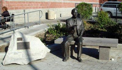 "Памятник Тиунэ Сугихара в Лос–Анджелесе в районе ""Little Tokyo"""